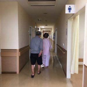 タップテスト翌日、リハビリを兼ねて母と廊下で散歩。姿勢がよくなっています。