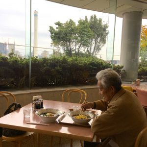 手術が終わった後、病院のレストランに父を連れて行ってラーメンを食べました。